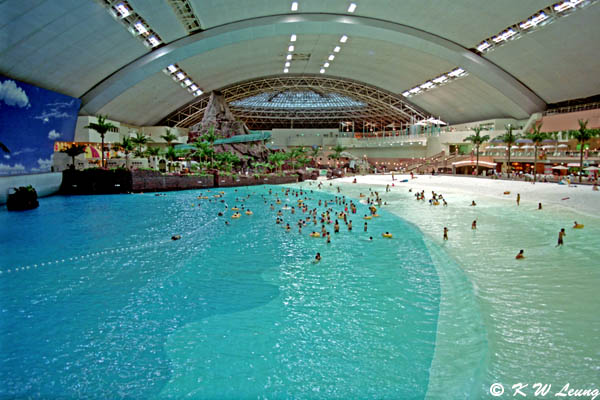 Japan holds world 39 s largest indoor pool fpsbutest for Largest swimming pool in the us